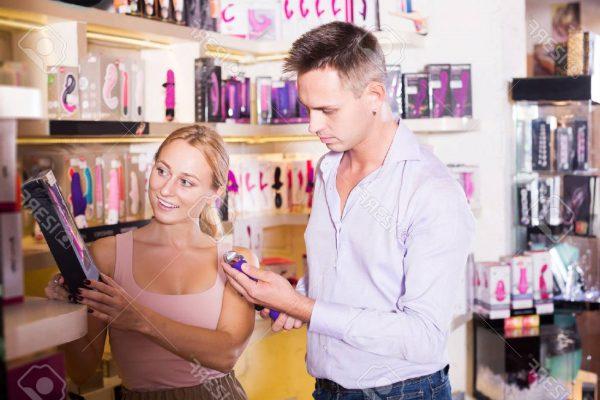 casal comprando vibrador